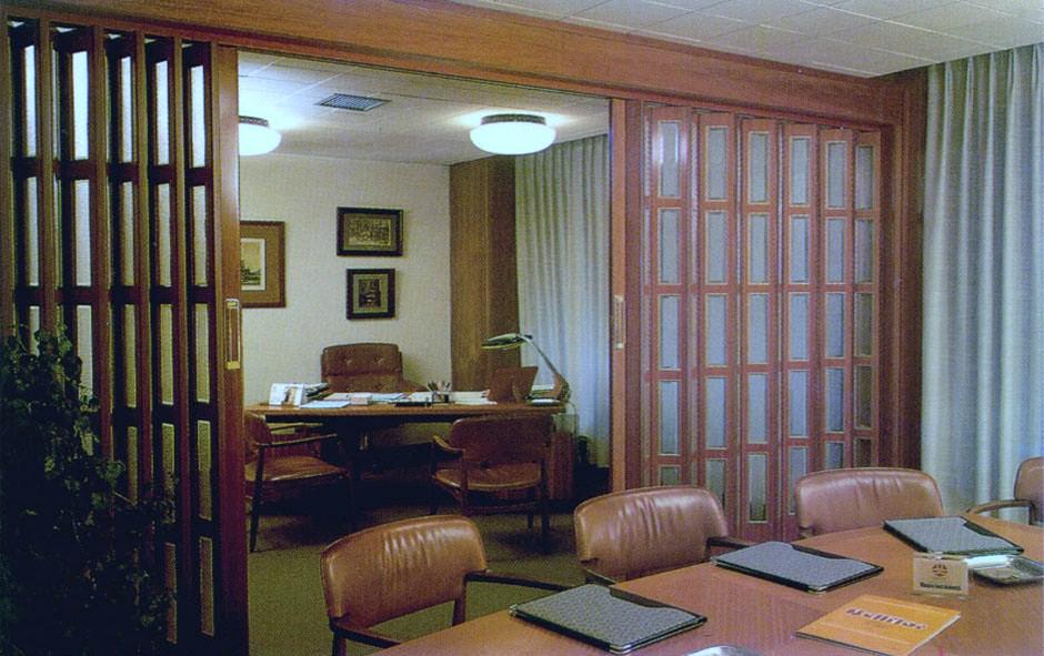 Puerta corredera de madera amplia para salón por Centro Armario (Madrid)