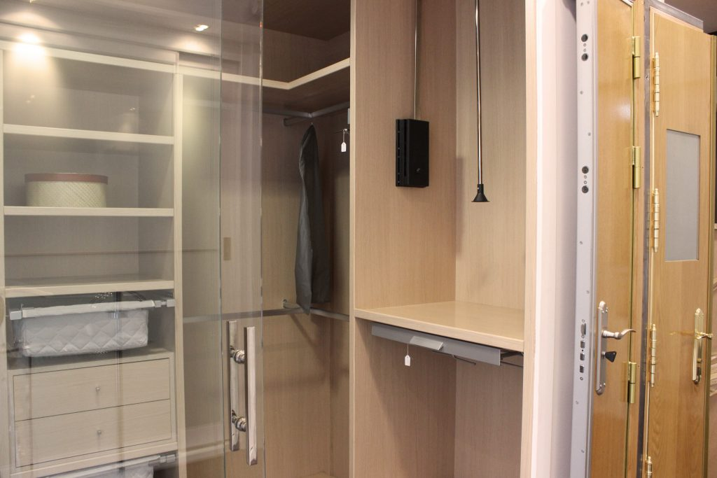 Vestidor con puertas de cristal por Centro Armario (Madrid)